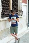Stefan kijkt op de stadsplattegrond
