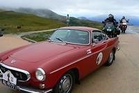 Motorrijders bereiken ook de Col de la Madeleine