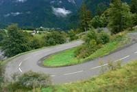 Het asfalt slingert zich over de berg