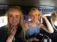 Myrthe en Annemiek in de bus