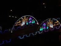 Verlichte brug vanaf rooftop bar