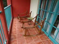 Onze terrasstoelen. Dat is ook Cuba.