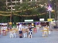 Tafeltjes op de nachtmarkt waar je rustig kan eten