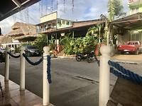 Isla de Flores, hoofdstraat met restaurants