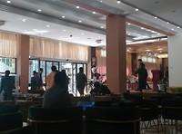 Blanke wielrenners in het het hotel inclusief fiets. Bijzonder
