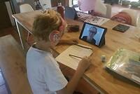Een van mijn leerlingen die thuis aan het werken is terwijl ik online uitleg geef.