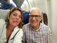 Blij Blij in het vliegtuig oop weg naar huis