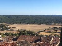 Uitzicht vanaf Fayence, in het midden het vliegveldje voor met name zweefvliegen