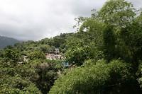 Groene omgeving in Minca en huisjes tegen de bergwanden.