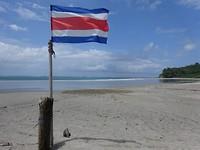 Strand van Sámara met de Costa Ricaanse vlag