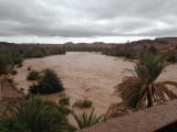 De rivier dankzij de regen