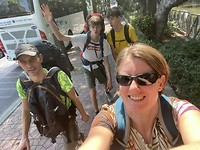 Sjouwen met die tassen naar het treinstation in Bangkok