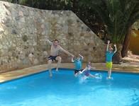 Familie jump (iemand moet fotograaf zijn)