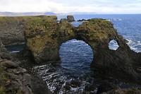 Natuurlijke brug bij Arnarstapi