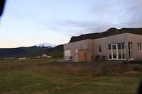 Zicht op ons huisje met de Snaefellsjökull op de achtergrond