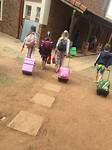 Kinderen lopen van klas naar klas
