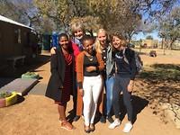 Musawenkosi (met Saskia en de twee medewerkers van de school)