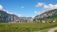 Blik over de wijngaarden langs de Adige richting Verona