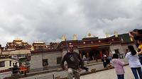 Een scheve foto van mij en het Songzanlin klooster