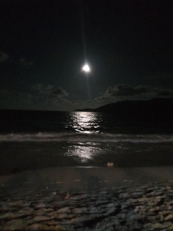 Maan vanaf het strand, waar we elke avond hebben zitten kaarten en biertjes hebben gedronken