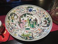 Een van de antieke borden uit de verzameling van John