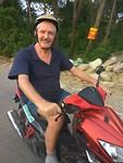 Happy Dick op de scooter!