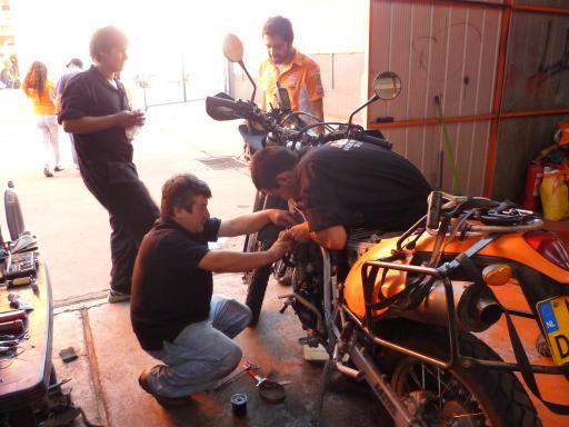 Met man en macht wordt gewerkt aan de motor