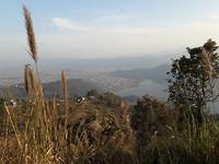 Mooi uitzicht op de stad Pokhara aan het Phewa Tal meer