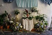 Overal in de stad bloemen bij Jezus/Maria