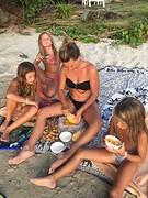 Fruit eten op strand