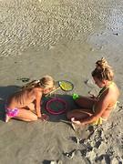Kids spelen op strand 2