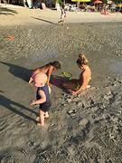 Kids spelen op strand 3