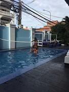 Kids spelen in zwembad 1