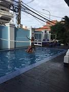 Kids spelen in zwembad 2