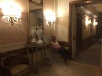 Ondertussen in de hotelgang terwijl Anna slaapt.
