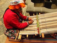 Traditionele stof maakster ziet nog veel dames in kledingdracht op straat.