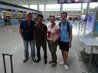 Vliegveld Saigon met tourleider Vu Cong Anh