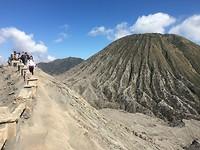 Boven op de krater