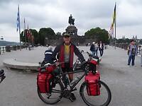 156DSC05368 Op het Deutsches Eck; routeboek Moezel in de tas