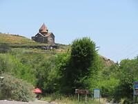 Het land is vergeven van de kerken en kloosters, vaak op de top van de berg