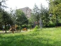 Stadslandschap uit de Sovjet periode; parken en grauwe flatgebouwen