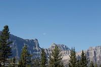 Icefields Parkway met een maan boven de bergen