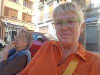 Op het pleintje met de oude vrouw..