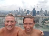 Selfie van Nick & Theo vanuit het zwembad op de 37e etage met uitzocht op de Petronas Twin Towers
