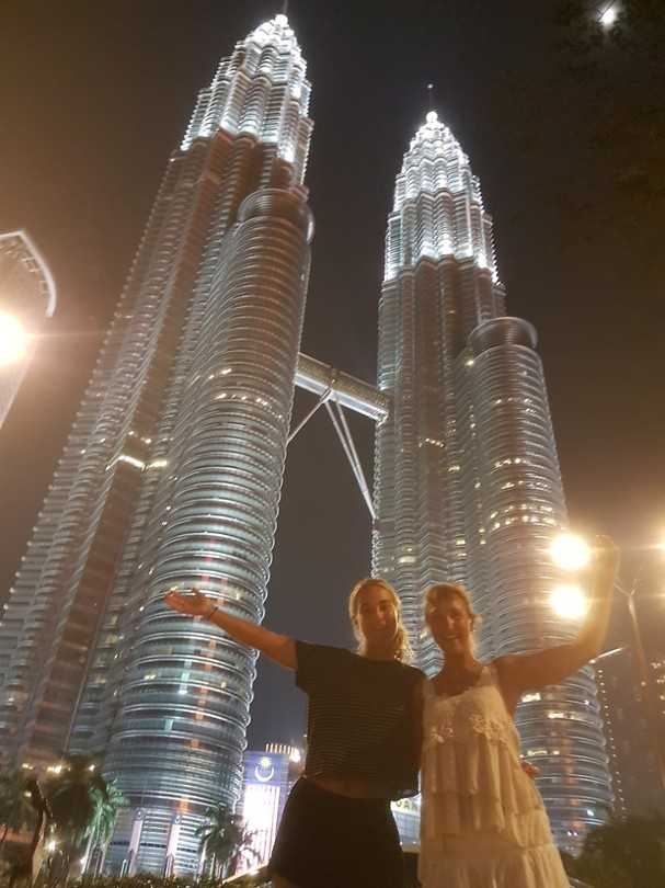 Ingrid & Kim voor de Petronas Twin Towers.