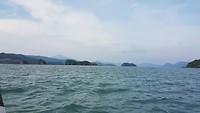 Met een (speed) boot met bijna 50 km per uur over zee.