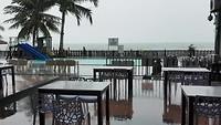 Tropische regenbui bij laatste ontbijt Langkawi