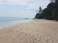 Strandje op route scooter naar Penang National Park