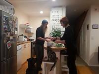 Het hele 'gezin' in de keuken