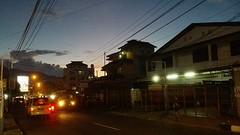 De avondlucht boven Ambon stad.
